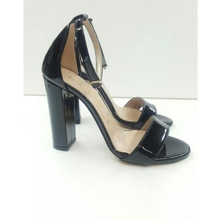 Sandali di vernice nero con tacco alto largo.Made in Italy